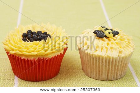 Vanilla Cupcakes With Sunflower And Bee Decorations