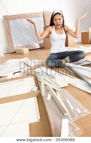 Möbel Montage Frustration - Frau bewegt sich in der neuen Heimat versuchen, Tabelle zusammenstellen. Lustiges Foto von m