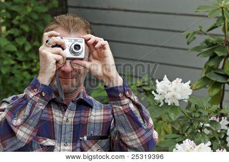 Homem fotografando ao ar livre