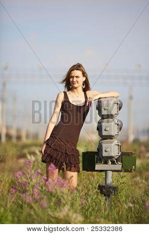 Menina bonita na estação ferroviária