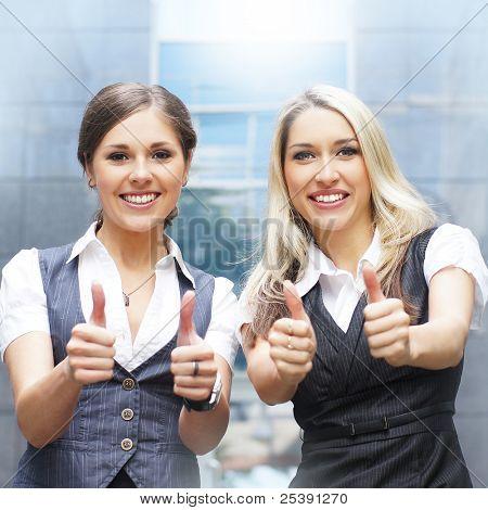 Dos mujeres atractivas sobre fondo calle moderno