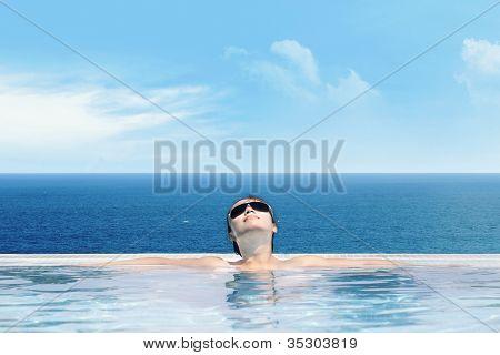 Frau genießen Infinity-pool