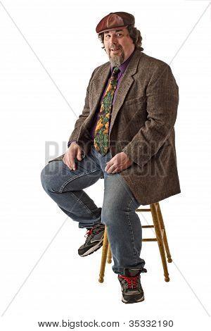 Sorrir grande homem senta-se em Pose relaxada