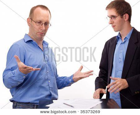 zwei Geschäftsleute arbeiten