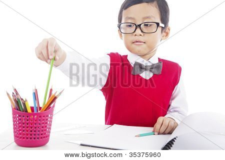 Pupila con lápices de colores de lápiz