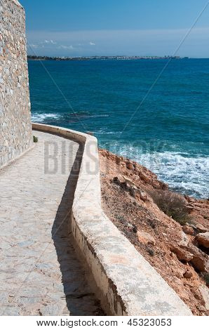Edgy path along the sea
