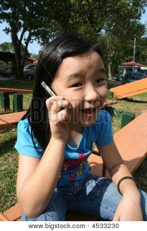 Chica en teléfono móvil