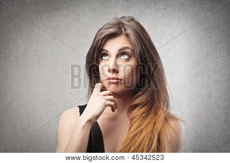 Retrato de mujer hermosa pensando