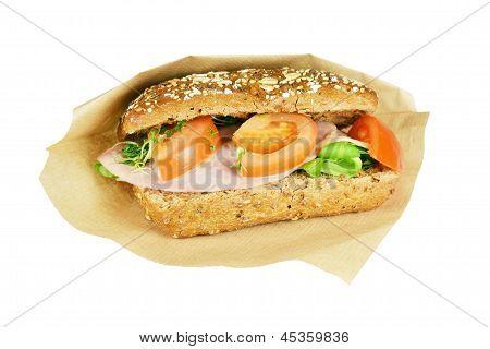 Braun-Sandwich mit Tomate.