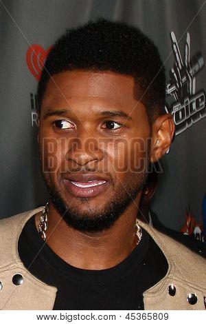 LOS ANGELES - 8 de maio: Usher chega ao evento de Top 12 4 ª temporada