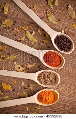aromatische Pulver Gewürze Löffel im hölzernen Hintergrund