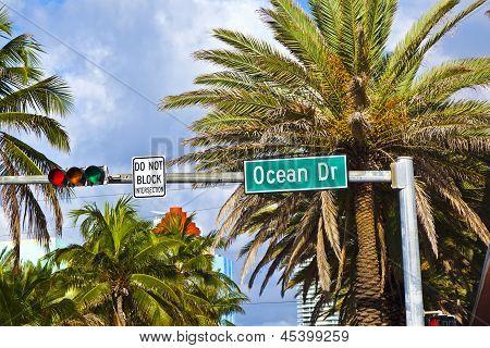 Signo de calle Ocean Drive del famoso South Miami Art Deco callejón