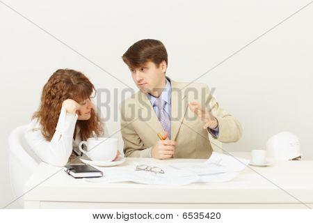 Empresario explica a falta chica cansada tomando café