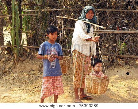 incredulous look Burma - the mother and children