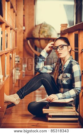 Student in library, college.