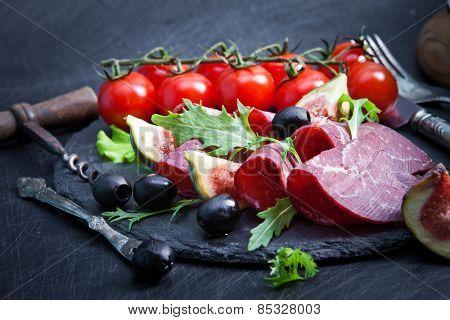 Prosciutto crudo with arugula and figs
