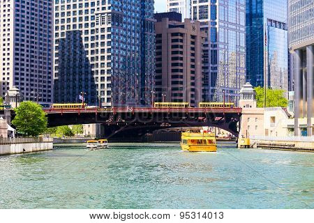 Sightseeing on Chicago River