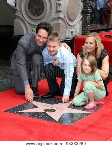vLOS ANGELES - JUL 1:  Paul Rudd, Family at the Paul Rudd Hollywood Walk of Fame Star Ceremony at the El Capitan Theater Sidewalk on July 1, 2015 in Los Angeles, CA