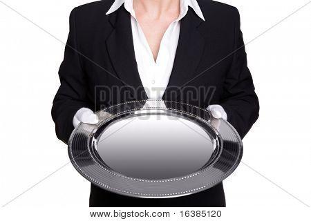 Foto de un mayordomo mujer sosteniendo una bandeja de plata, aislada sobre fondo blanco. Buena imagen para