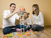 Постер, плакат: Семья играя с блоками