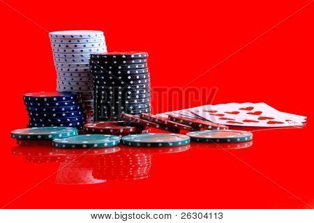 Gambling Chips und Karten auf eine reflektierte Oberfläche, bündig 5 Karten