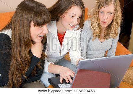 Schöne junge Frauen Surfen im Web oder auf eine Prüfung vorzubereiten