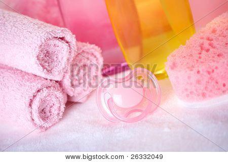 Baby-Sorgfalt-Objekte. Olive, Shampoo im Hintergrund Handtücher, Schwamm und Pseudo