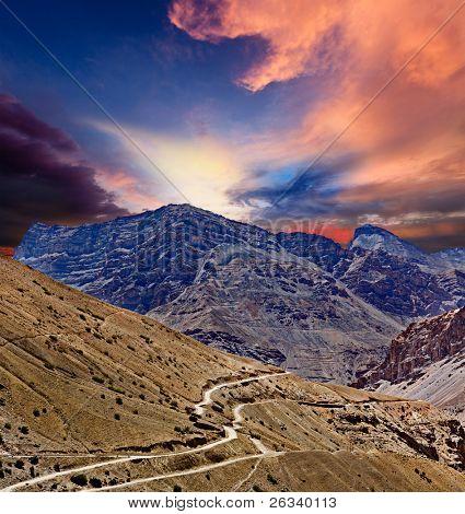 Estrada nas montanhas (Himalaia). Spiti Valley, Himachal Pradesh, India