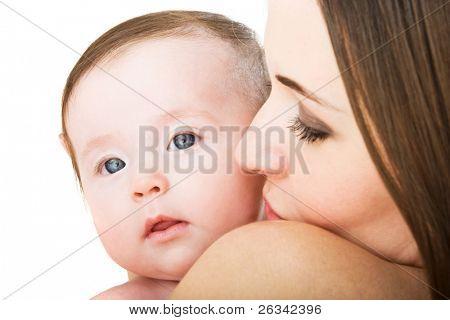 Jovem mãe com seu bebê menina cute isolada no fundo branco
