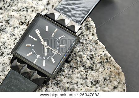 reloj negro de la mujer