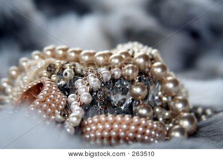 Luxurious_jewelry_on_fakefur_