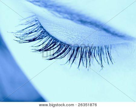 Primer plano del ojo de la mujer con pestañas largas