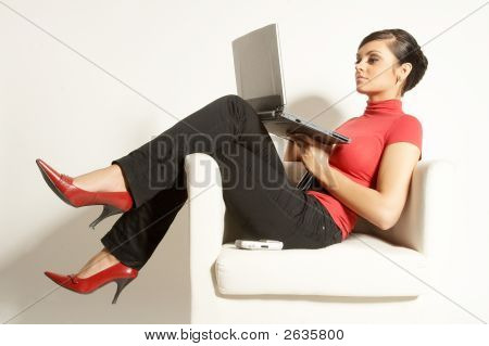 attraktive brunet Businesswoman with Laptop und Handy