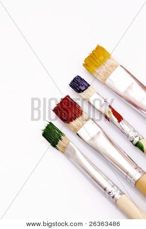 verwendete Pinsel in verschiedenen Farben