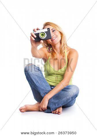 Happy young Woman sitzen auf dem Boden aufnehmen eines Bildes