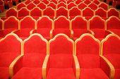 Постер, плакат: Красные стулья в некоторых театр