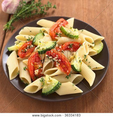 Pasta con calabacines y tomate