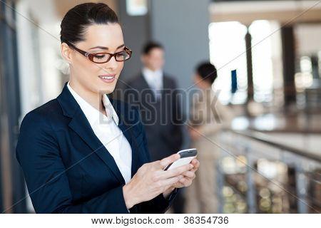 hübsche geschäftsfrau mit Smartphone