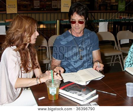 LOS ANGELES - AUG 18:  Tracey Bregman, Ronn Moss at the book signing for William Bell Biography at Barnes & Noble on August 18, 2012 in Ventura, CA