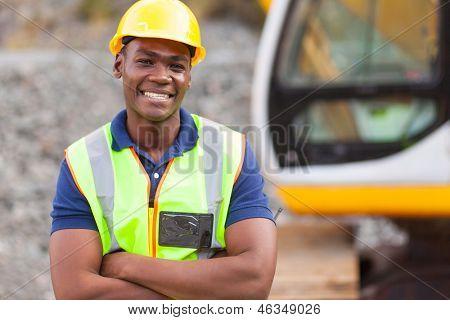 lächelnd Afroamerikaner Industriearbeiter mit Arme verschränkt