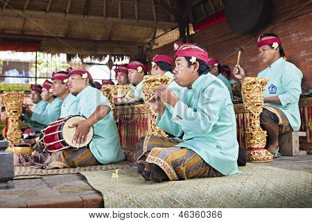 Músicos no Gamelan Troup