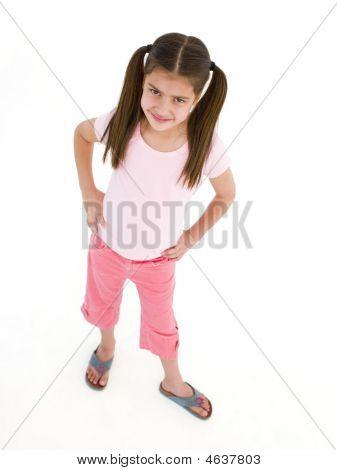 junge Mädchen Stand mit Händen auf Hüfte lächelnd