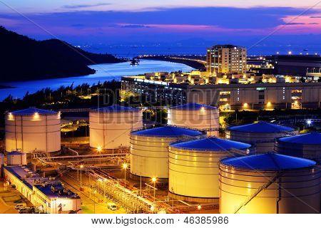 Tanque de aceite en la terminal de carga