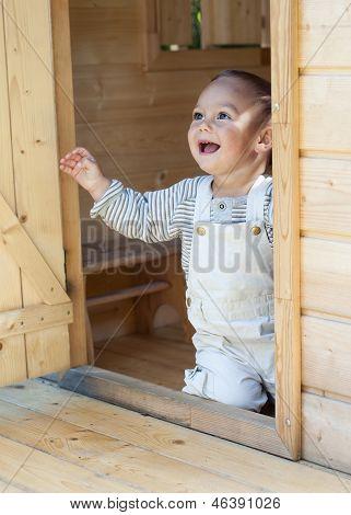 Criança no teatro barracão de madeira.