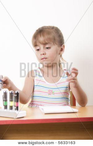Hermosa chica caucásico aprendizaje