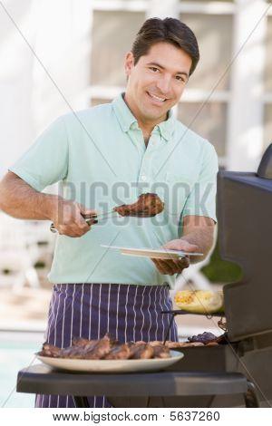 man Grillen im Garten