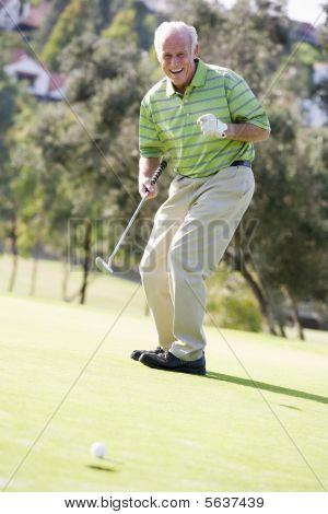 Homem jogando uma partida de golfe