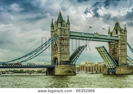 Tower Bridge Draw Bridge Opens