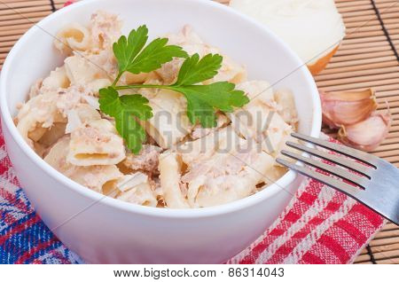 Macaroni with tuna, mayonnaise, onion, garlic and sesame