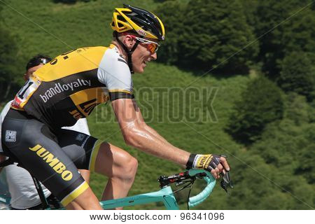 Robert Gesink leads the race